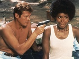 LIVE AND LET DIE, 1973 directed by GUY HAMILTON Roger Moore / Gloria Hendry (photo) Photo