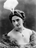 Portrait around, 1900 of the famous Dutch dancer MATA HARI, in a white dress (b/w photo) Foto
