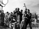 Le realisateur John Ford dirige Constance Towers and John Wayne sur le tournage du film Les Cavalie Foto
