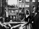 REAR WINDOW, 1954 directed byALFRED HITCHCOCK On the set, Grace Kelly between James Stewart and Alf Foto