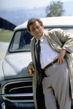 Serie televisee Columbo with Peter Falk (inspecteur Columbo), 1971-93 (devant sa voiture Peugeot 40 Foto