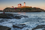 USA, Maine, York, Nubble Light Lighthouse at dusk Premium-valokuvavedos tekijänä Walter Bibikow