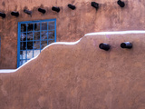 USA, New Mexico, Sant Fe, Adobe structure with protruding vigas and Snow Fotografisk trykk av Terry Eggers