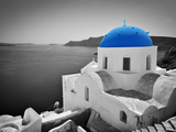 Oia Town on Santorini Island, Greece. Black and White Styled with Blue Dome of Traditional Church O Fotografie-Druck von Michal Bednarek