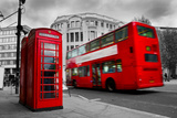 London, the Uk. Red Phone Booth and Red Bus in Motion. English Icons Reproduction photographique par Michal Bednarek