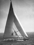 Endeavor II Losing America's Cup Reproduction photographique par  Bettmann