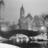 Footbridge in Snowy Central Park Impressão fotográfica