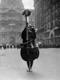 Violon sur pattes lors de la parade de mimes de Philadelphia, 1917 Reproduction photographique par  Bettmann