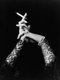 Mains de femme tenant une cigarette Reproduction photographique