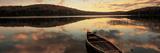 Verlaten boot op rimpelloos meer, Maine VS Fotoprint