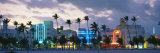 Prédios iluminados ao anoitecer, Ocean Drive, Miami Beach, Flórida, EUA Impressão fotográfica por  Panoramic Images