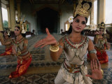 National Ballet Performing Ancient Apsara Dance at Royal Palace Pagoda, Phnom Penh, Cambodia Reproduction photographique par John Banagan