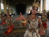 National Ballet Performing Ancient Apsara Dance at Royal Palace Pagoda, Phnom Penh, Cambodia Lámina fotográfica por John Banagan