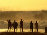 People Checking Out Waves, Banzai Pipeline, North Shore, at Sunset, U.S.A. Lámina fotográfica por Ann Cecil