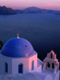 Blue-Domed Church at Sunset, Oia, Santorini Island, Southern Aegean, Greece 写真プリント : ジャン・ストローム