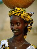 Smiling Peul (Or Fula) Woman Balancing Calabash on Her Head, Djenne, Mali Reproduction photographique par Ariadne Van Zandbergen
