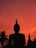 Buddha Against a Sunset at Wat Mahathat, Sukhothai, Thailand Lámina fotográfica por Anders Blomqvist