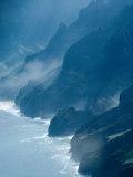 Mist on Rocky Coastline, Kauai, Hawaii, USA Lámina fotográfica por Eric Wheater