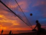 Sunset Volleyball on Playa De Los Muertos (Beach of the Dead), Puerto Vallarta, Mexico Lámina fotográfica por Anthony Plummer