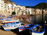 Fishing Boats on Beach at Seaside Resort, Cefalu, Italy Lámina fotográfica por John Elk III