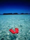 Red Thongs Floating on Sea off Ko Kham, Thailand Lámina fotográfica por Woods Wheatcroft