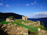 Urquhart Castle Remains on Shores of Loch Ness, Drumnadrochit, United Kingdom Fotografisk trykk av Dennis Johnson