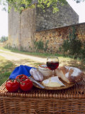 Picnic Lunch of Bread, Cheese, Tomatoes and Red Wine on a Hamper in the Dordogne, France Reproduction photographique par Michael Busselle