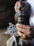 Close-Up of Blacksmith's Hands Working on Metal Cross, Axoum (Axum) (Aksum), Tigre Region, Ethiopia Reproduction photographique par Bruno Barbier