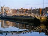 The Ha'Penny Bridge Over the Liffey River, Dublin, County Dublin, Eire (Ireland) Reproduction photographique par Bruno Barbier