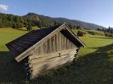 Wooden Barns Dot the Alpine Landscape, Near Garmisch-Partenkirchen and Mittenwald, Bavaria, Germany Valokuvavedos tekijänä Gary Cook