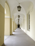 Courtyard Cloisters in the University, Vilnius, Lithuania, Baltic States Impressão fotográfica por Gary Cook