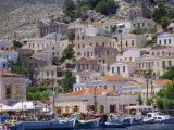 Moored Boats and Waterfront Buildings, Gialos, Symi (Simi), Dodecanese Islands, Greece Impressão fotográfica por G Richardson