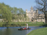 Punting on the Backs, with St. John's College, Cambridge, Cambridgeshire, England Impressão fotográfica por G Richardson