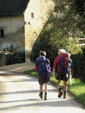 Two Walkers with Rucksacks on the Cotswold Way Footpath, Stanton Village, the Cotswolds, England Fotografisk trykk av David Hughes