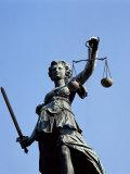 Justizia (Justice-Well), Frankfurt, Germany Impressão fotográfica por Hans Peter Merten