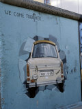 A Trabant Car Painted on a Section of the Berlin Wall Near Potsdamer Platz, Mitte, Berlin, Germany Fotografisk trykk av Richard Nebesky