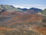 Foot Trail Through Haleakala Volcano Crater Winds Between Red Cinder Cones, Maui, Hawaiian Islands Reproduction photographique par Tony Waltham