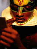 Kathakali Dancer Applying Make-Up, Kochi, Kerala, India Fotografisk tryk af Greg Elms