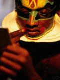 Kathakali Dancer Applying Make-Up, Kochi, Kerala, India Fotografie-Druck von Greg Elms