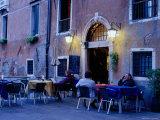Cafe Life in Venice, Venice, Italy Lámina fotográfica por Brent Winebrenner