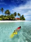 Woman Snorkelling, Kurumba Island, North Male Atoll, Kaafu, Maldives Fotografie-Druck von Felix Hug