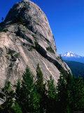 Castle Crags with Mt. Shasta in Distance, California Fotografisk tryk af John Elk III