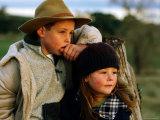 Young Farm Boy and Girl Leaning Against a Fence Post, Hamilton, Victoria, Australia Impressão fotográfica por Daniel Boag