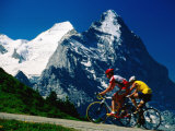 Cyclists in Front of Eiger and Snow-Covered Monch, Grosse Scheidegg, Grindelwald, Bern, Switzerland 写真プリント : デイヴィッド・トムリンソン