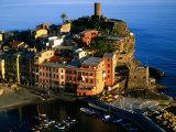 Town on Ligurian Sea from Above, Vernazza, Liguria, Italy Fotografie-Druck von Glenn Van Der Knijff