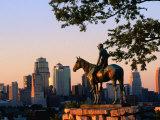 City Skyline Seen from Penn Valley Park, with Indian Statue in Foreground, Kansas City, Missouri Fotografie-Druck von John Elk III