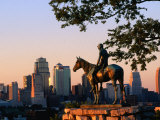 City Skyline Seen from Penn Valley Park, with Indian Statue in Foreground, Kansas City, Missouri 写真プリント : ジョン・エルク III