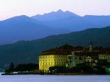 Isola Bella Lakeside Buildings Seen from Stresa at Dusk, Lago Maggiore, Piedmont, Italy Fotografie-Druck von Glenn Van Der Knijff