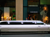 Stretch Limo, Fifth Avenue, New York City, New York Fotografisk tryk af Michael Gebicki