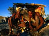 Kalahri Bushmen Cooking on Fire Outside Their Grass Homestead, South Africa Fotografie-Druck von Ariadne Van Zandbergen